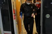 失明旅客独自乘高铁,列车长悉心服务获赞